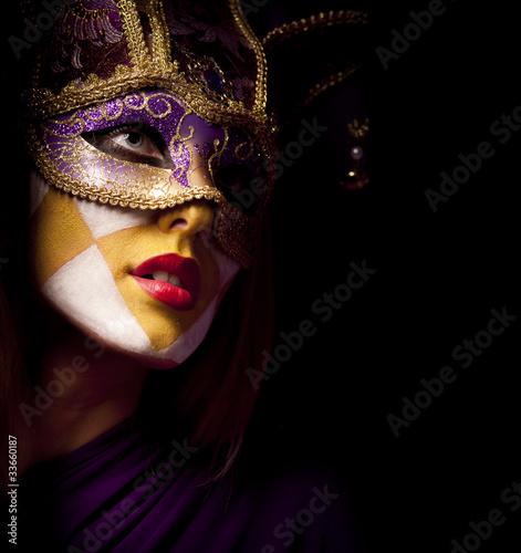 portret-sexy-kobieta-w-fioletowe-maski-party