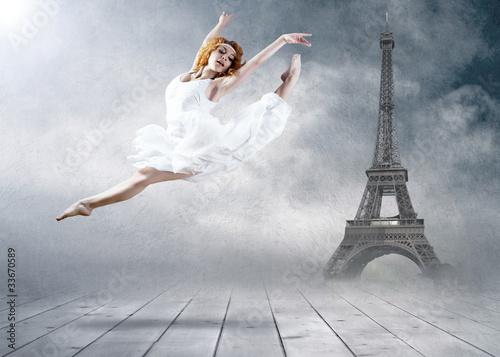 kobieta-tancerza-miejsca-siedzace-pozuje-na-eifel-wierza-tle