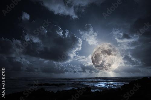 Fotobehang Volle maan Rising moon in ocean