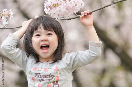 Fotografia  桜の下で声を出している女の子