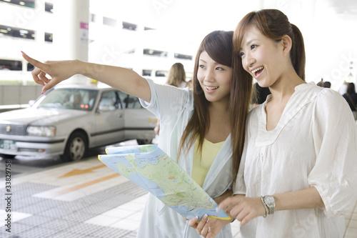Fotografie, Obraz  空港で地図を確認する2人の女性