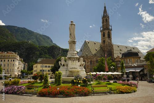 Fotografie, Obraz  Marktplatz mit Brunnen und Kirche in Bozen