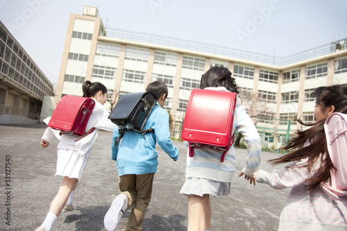 Plagát 登校する小学生4人の後姿