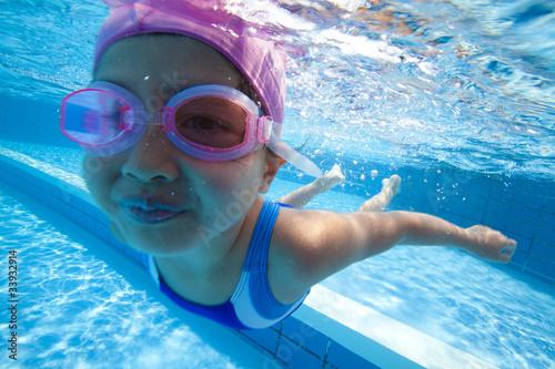 Fotografía  水中を泳ぐ水着姿の女の子