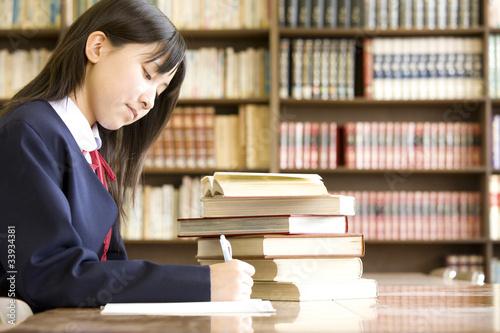 Fotografía  図書室で勉強する女子中学生