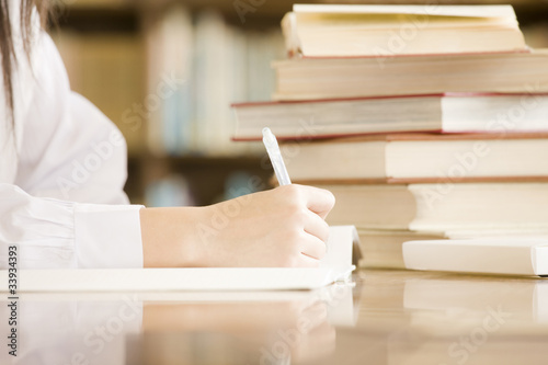 Fotografía  図書室で勉強する女子中学生の手元