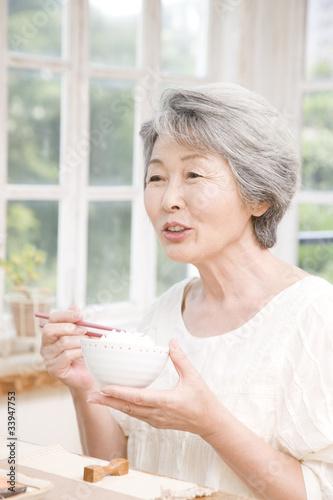 Foto op Canvas Kruidenierswinkel 朝御飯を食べるシニア女性