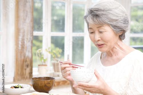 Poster Kruidenierswinkel 朝御飯を食べるシニア女性