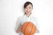 バスケットボールを持った女性