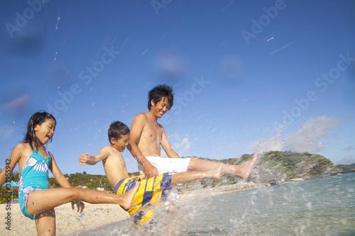 海辺で水遊びをする親子