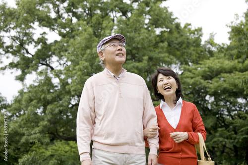 Fotografie, Obraz  腕を組みながら公園を散歩する老夫婦