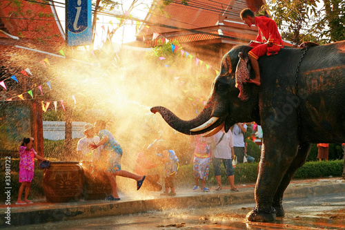 Canvas Print Elephant spraying water on people during Songkran festival, Bangkok