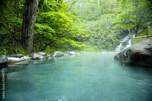 gorace-zrodlo-z-wodospadem-w-azji