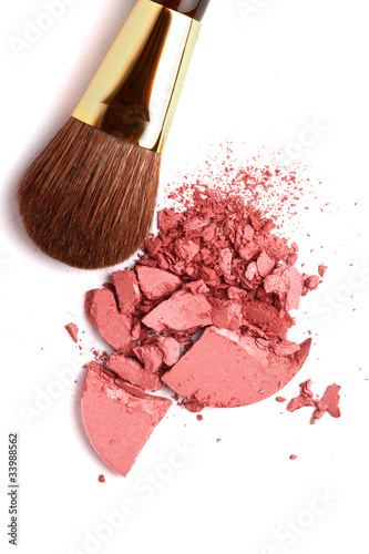 Fotografía  Cosmetic powder brush and crushed blush palette