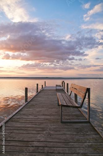 drewniany-pomost-z-lawkami-nad-jeziorem