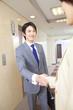 廊下で握手するビジネスマンとOL