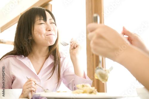 パスタを食べる2人の女性
