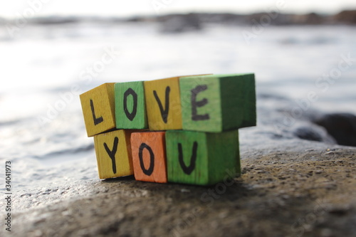 Photo Love you - written on wood cubes, on the beach