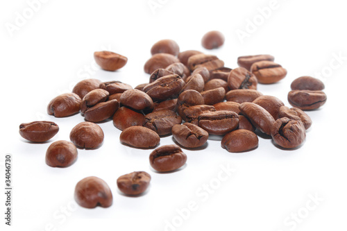 Deurstickers koffiebar Brown coffee beans on the white background