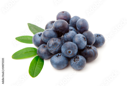 Blueberries with green leaves isolated on white background Fototapet