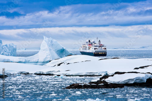 La pose en embrasure Antarctique Big cruise ship