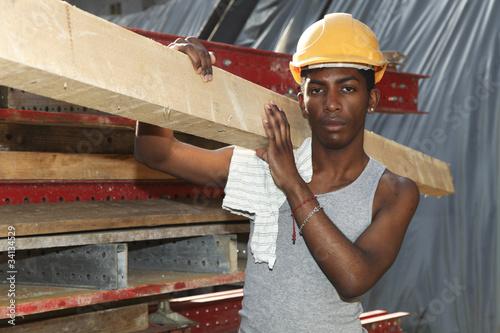 Carta da parati giovane operaio in cantiere, ritratto di lavoratore africano