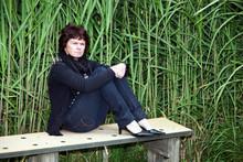 Traurige Frau Sitzt Auf Der Bank 693