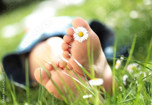 Fotografie, Obraz  Kinderfüsse im Gras