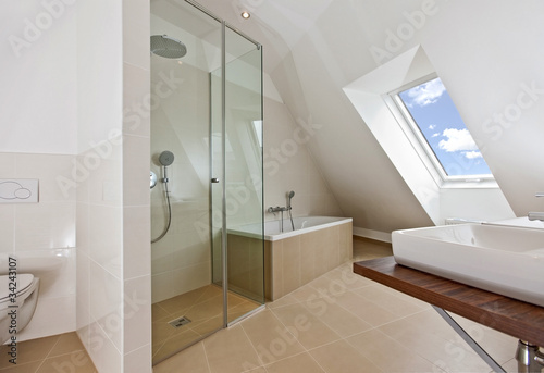 Foto  sunlit bathroom with roof top window