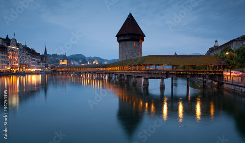 Photographie  Famous covered wooden footbridge in Lucerne, Switzerland