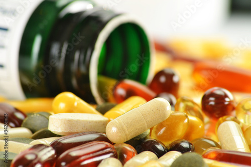 Fotografia Composition with dietary supplement capsules and containers