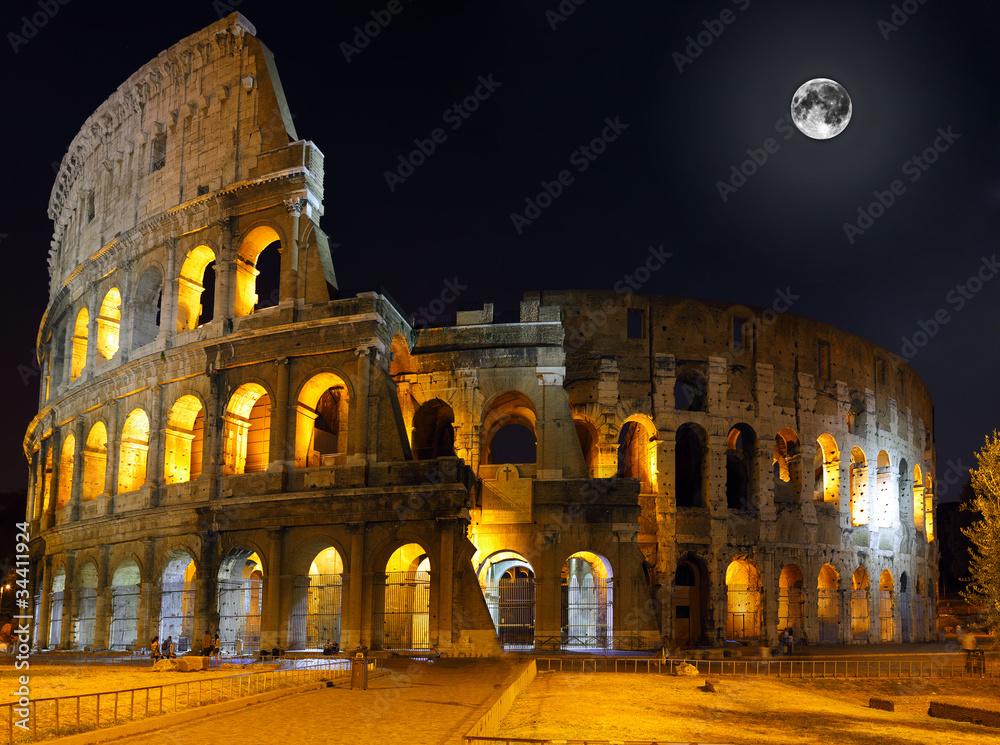 Photo  The Colosseum, Rome.  Night view