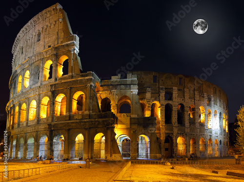 Photo  The Colosseum, Rome.  Night view
