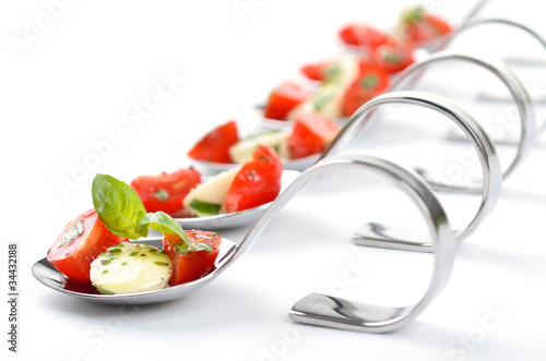 Tuinposter Voorgerecht Löffelhäppchen mit Tomate-Mozzarella