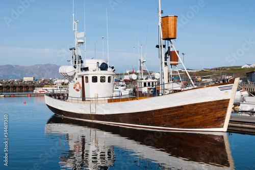 Fototapeta  peschereccio per avvistamento balene nel porto di Usavik