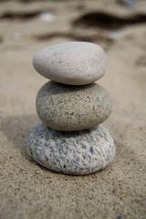 Fototapeta na wymiar Gestapelte Steine im Sand