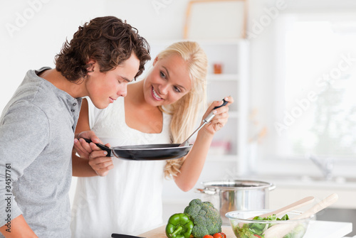 Photo  Couple cooking with a pan