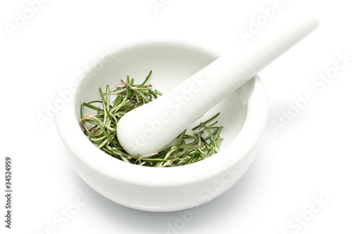 Fotografia White ceramic mortar and pestle with rosemary