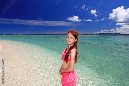In de dag Bleke violet 水納島の澄んだ海と笑顔の女性
