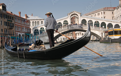 Spoed Foto op Canvas Venetie Gondolier, Rialto Bridge, Grand Canal, Venice, Italy