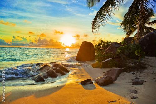 Foto-Leinwand - Tropical beach at sunset (von Nikolai Sorokin)
