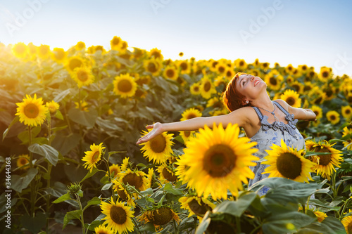 La pose en embrasure Tournesol woman on blooming sunflower field