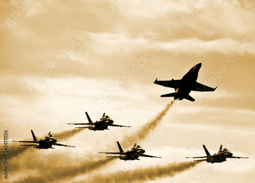Fotografija  Fighter Jets Splitting Formation