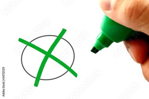 Hand mit grünem Stift - Zustimmung – kaufen Sie dieses Foto und ...