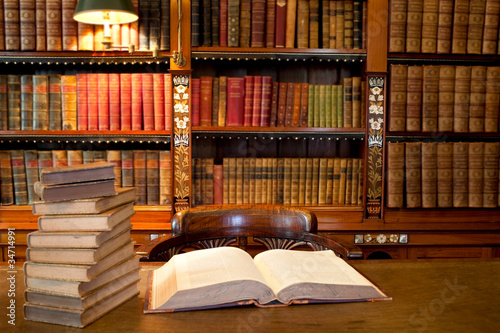 La pose en embrasure Bibliotheque Old classic library with books on table