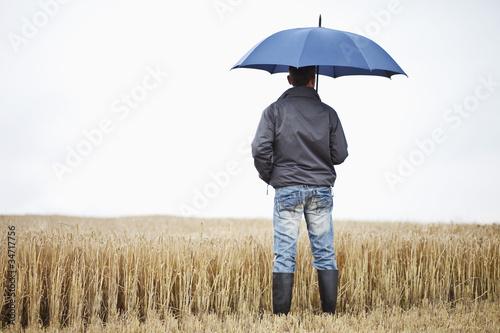 Fotografie, Obraz  Bauer vor einem Weizenfeld