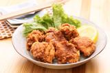 Kurczak w panierce z sałatą i cytryną na talerzu