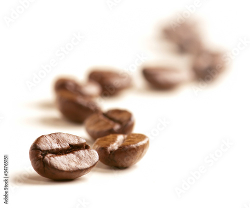 Poster koffiebar Coffee Beans draw a zigzag line isolated on white.