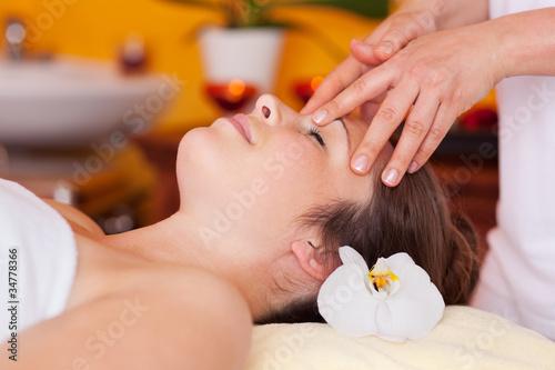Photo  entspannte frau während der massage