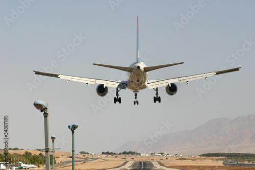 Montage in der Fensternische Mittlerer Osten Passenger airplane before landing.